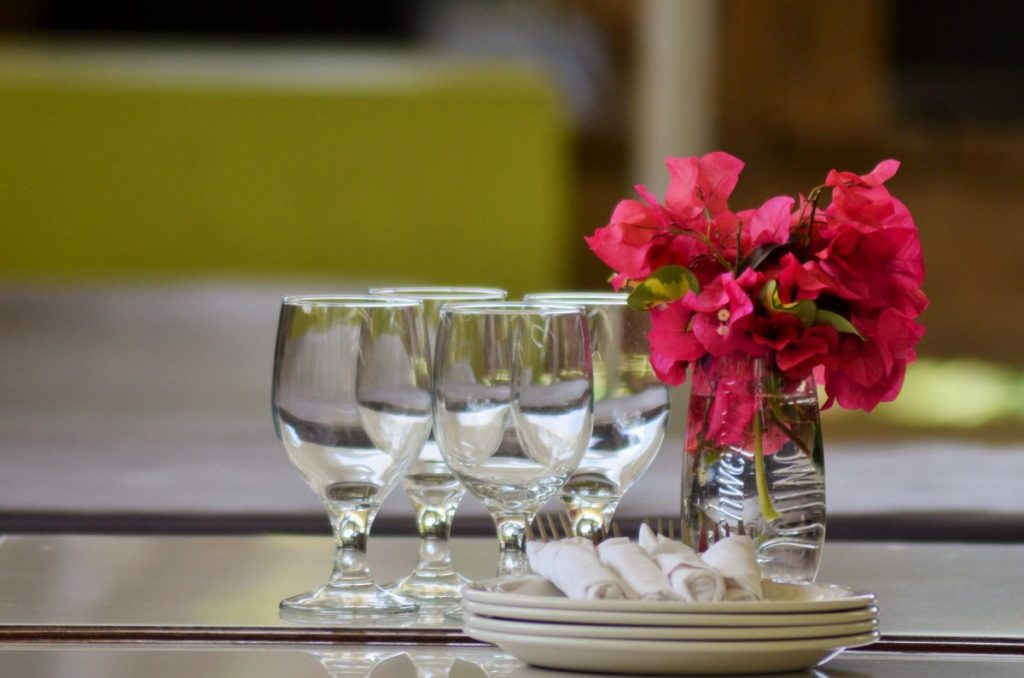 dishes_glasses_table_plates_cutlery_bougainvilleas_west_indies_paradise-625198-1